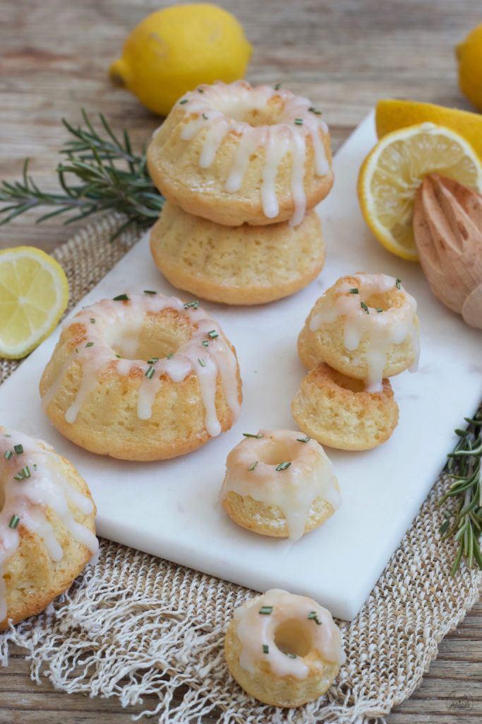 Leckerer veganer Zitronen Minigugelhupf mit Zuckerglasur nach einem Rezept von Sweets & Lifestyle®