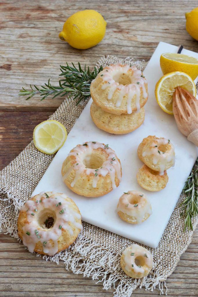 Zitronen Minigugelhupf mit Zuckerglasur und Rosmarin nach einem Rezept von Sweets & Lifestyle®