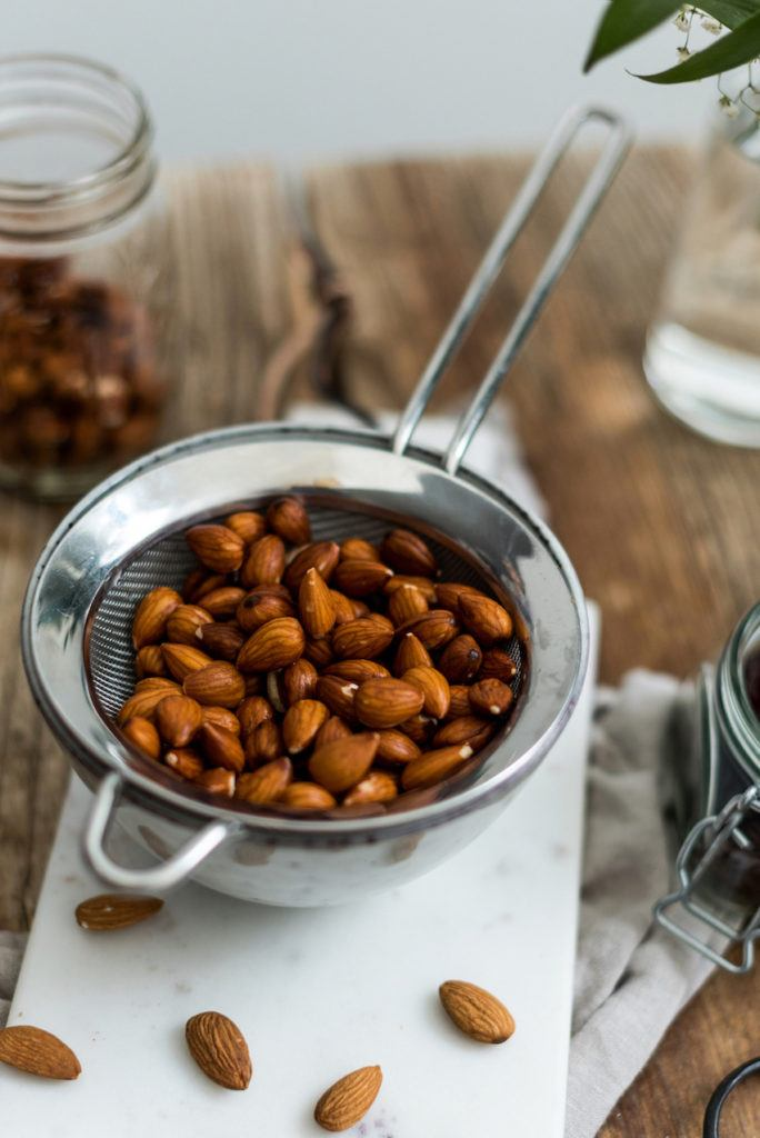 abgeseihte eingeweichte Mandeln für die selbst gemachte Mandelmilch von Sweets & Lifestyle®