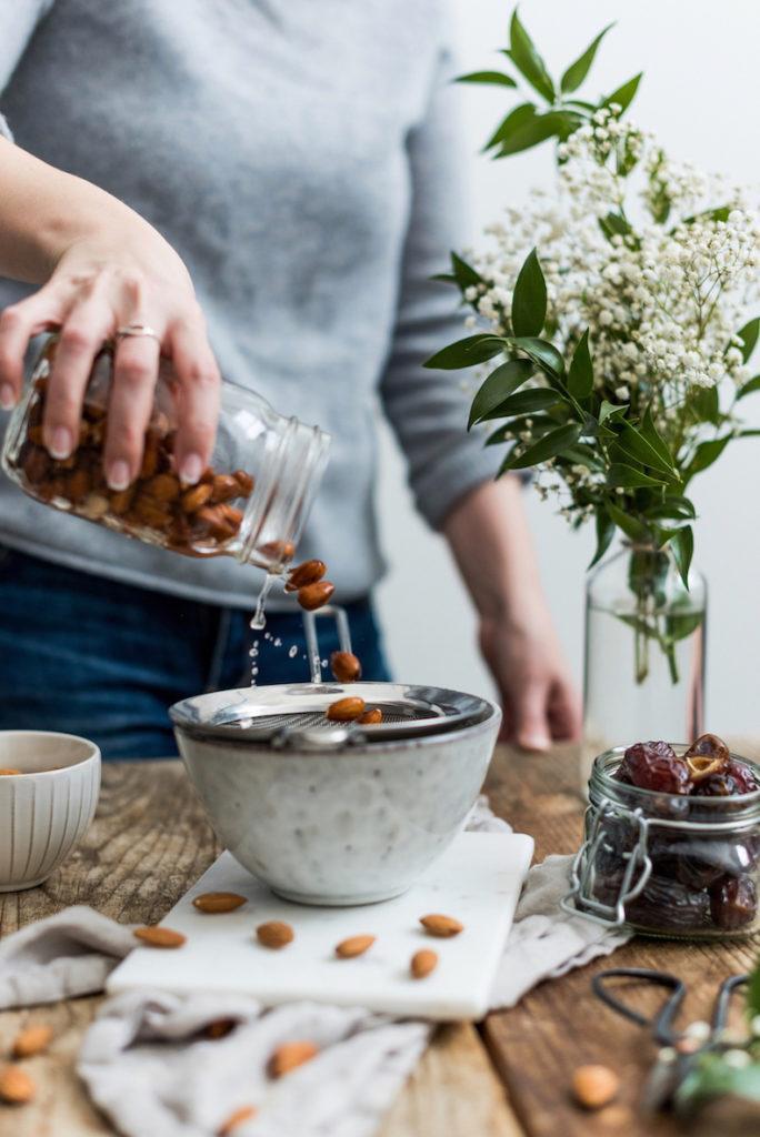 Verena von Sweets & Lifestyle® beim Abseihen der eingeweichten Mandeln für die Mandelmilch