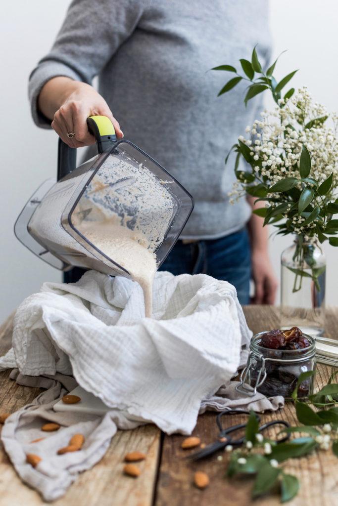 die frisch gemachte Mandelmilch von Verena von Sweets & Lifestyle® kommt in ein Baumwolltuch