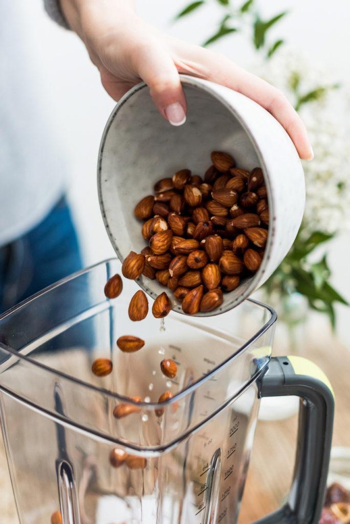eingeweichte Mandeln kommen bei Verena von Sweets & Lifestyle® für die Herstellung von selbst gemachter Mandelmilch in den Hochleistungsmixer