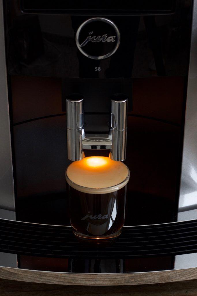 Frisch gebrühter Espresso aus dem Jura S8 Kaffevollautomat