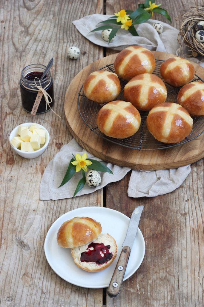 Leckere Hot Cross Buns für das Osterfrühstück nach einem Rezept von Sweets & Lifestyle®