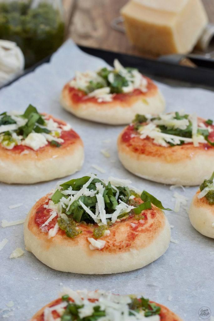 Leckere würzige Bärlauchpizza mit Bärlauchpesto und frischem Pesto nach einem Rezept von Sweets & Lifestyle®