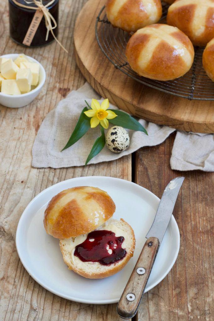 Leckere Hot Cross Buns für Ostern nach einem Rezept von Sweets & Lifestyle®