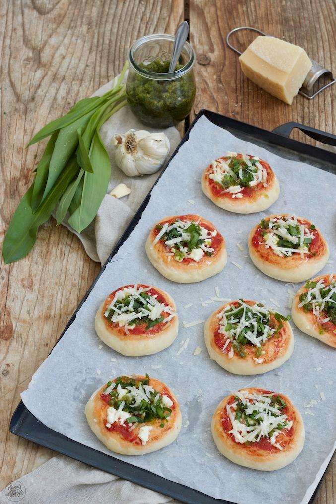 Mini-Bärlauchpizza nach einem Rezept von Sweets & Lifestyle® als Fingerfood im Frühling