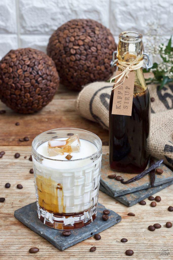 Schneller Eiskaffee hergestellt mit selbst gemachtem Kaffeesirup mit Vanille nach einem Rezept von Sweets & Lifestyle®