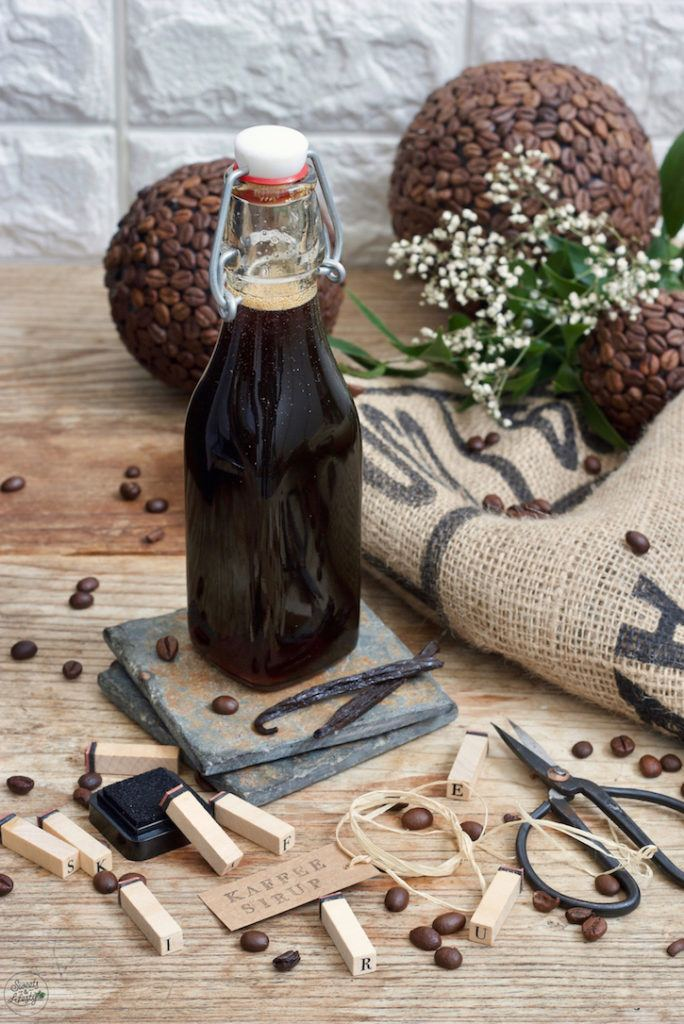 Selbst gemachter Kaffeesirup mit Vanille als Geschenk aus der Küche nach einem Rezept von Sweets & Lifestyle®