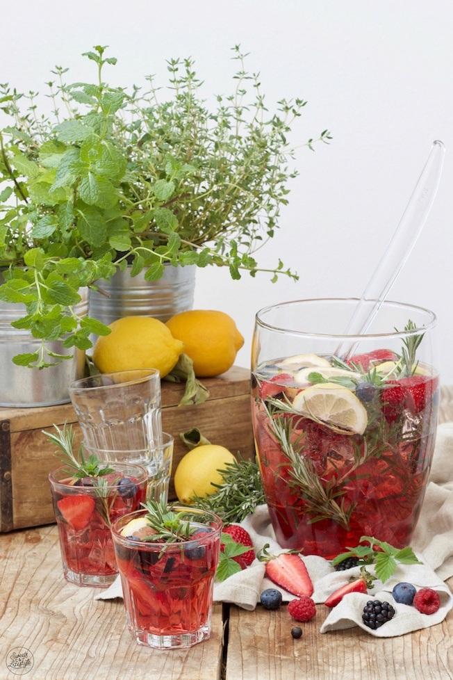 Beeren Bowle mit Fruchtsaft, Rosmarin und Minze nach einem Rezept von Sweets & Lifestyle®