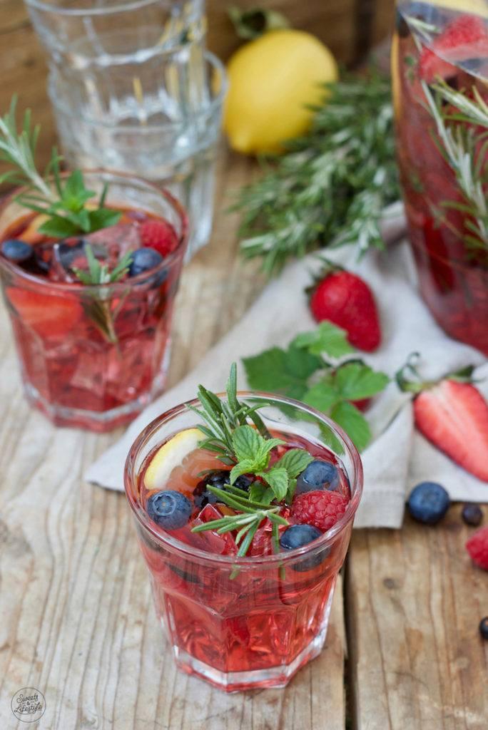 Leckere Beeren Bowle mit Rosmarin und Minze nach einem Rezept von Sweets & Lifestyle®