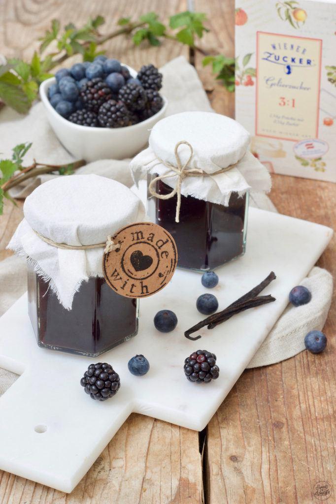 Selbst gemachte Brombeer-Heidelbeer-Marmelade nach einem Rezept von Sweets & Lifestyle®