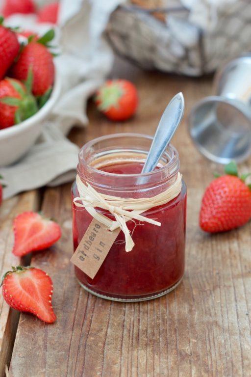 Erdbeer-Gin-Marmelade mit dem Weinviertel Gin der Brennerei Roman Kraus gemacht als Geschenk aus der Küche