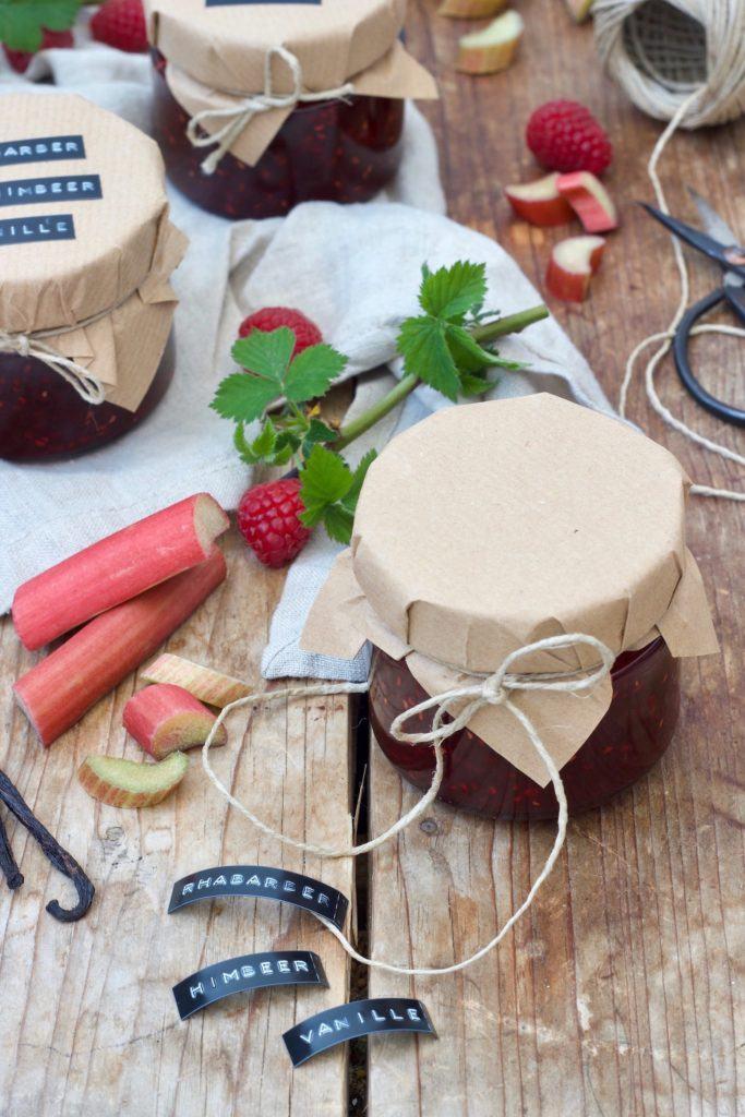 Fruchtige Rhabarber-Himbeer-Marmelade mit Vanille als Geschenk aus der Küche nach einem Rezept von Sweets & Lifestyle®