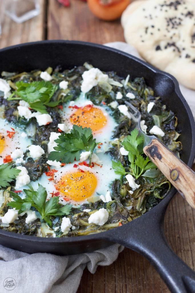 Grüne Shakshuka mit Spinat zum Frühstück serviert von Sweets & Lifestyle®