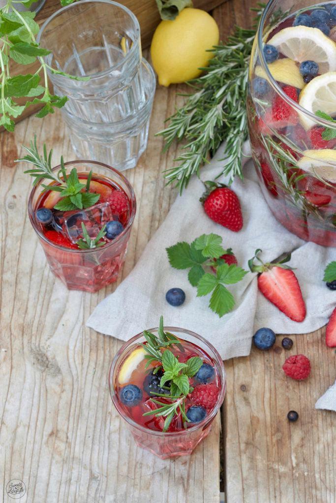 Leckere Beeren Bowle mit Fruchtsaft zubereitet nach einem Rezept von Sweets & Lifestyle®