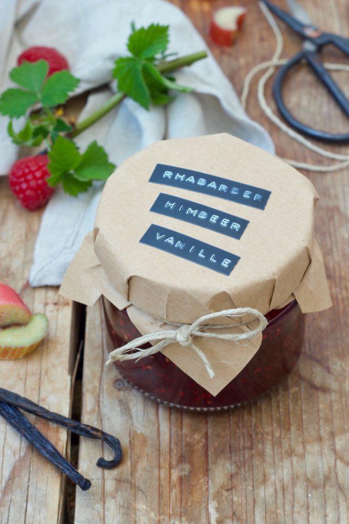 Selbst gemachte Rhabarber-Himbeer-Marmelade mit Vanille nach einem Rezept von Sweets & Lifestyle®