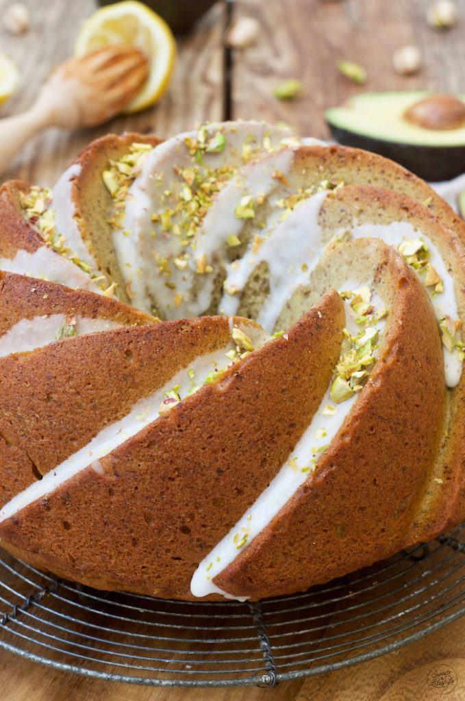 Saftiger Avocado Gugelhupf mit Pistazien und Zuckerguss nach einem Rezept von Sweets & Lifestyle®