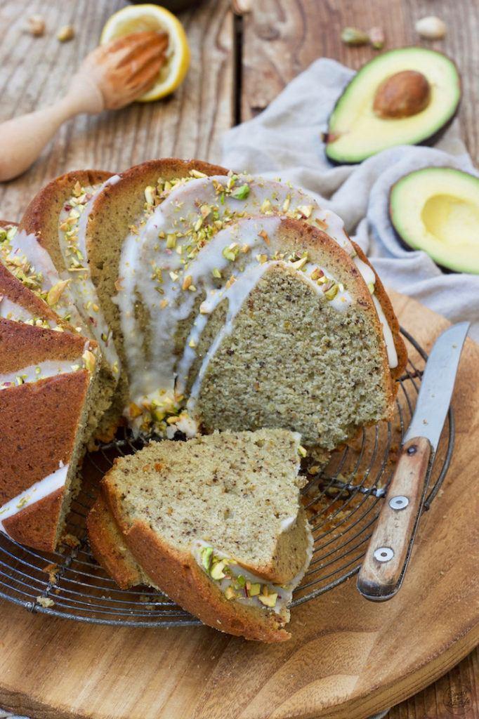 Saftiger Avocado Gugelhupf mit Zuckerguss und Pistazien nach einem Rezept von Sweets & Lifestyle®
