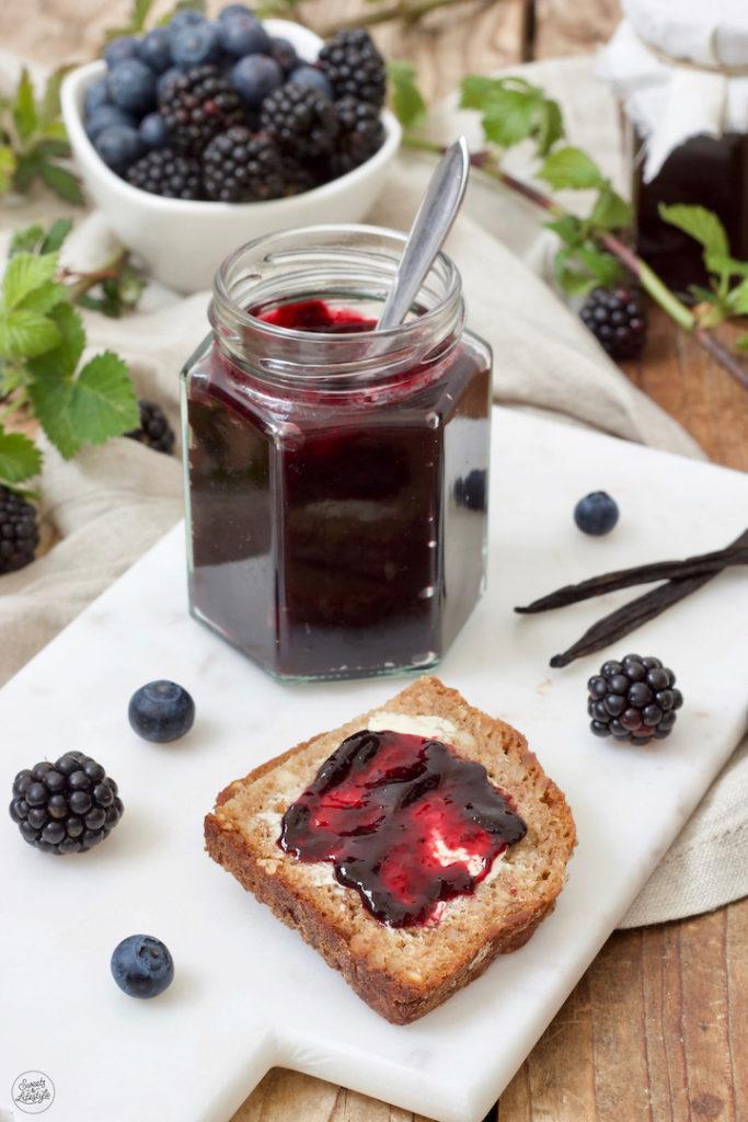 Selbst gemachte Heidelbeer-Brombeer-Marmelade mit einem Hauch Vanille nach einem Rezept von Sweets & Lifestyle®