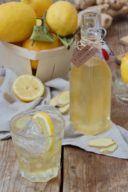 Erfrischender Zitronen-Ingwer-Sirup als Basis für Mischgetränke nach einem Rezept von Sweets & Lifestyle®