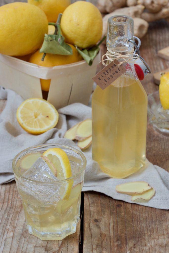 Leckerer Zitronen-Ingwer-Sirup als Basis für Mischgetränke nach einem Rezept von Sweets & Lifestyle®