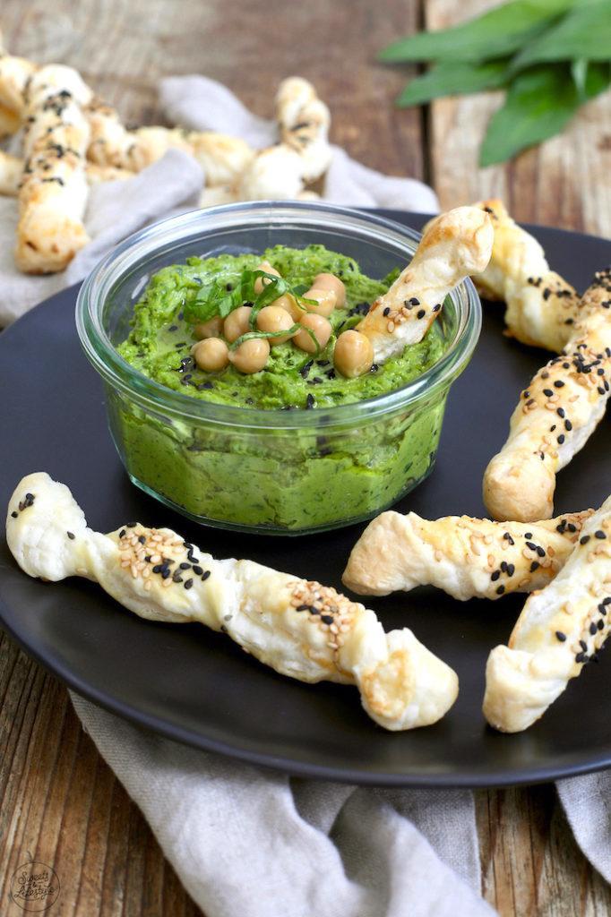 Bärlauch Hummus mit Blätterteigstangen serviert von Sweets & Lifestyle®