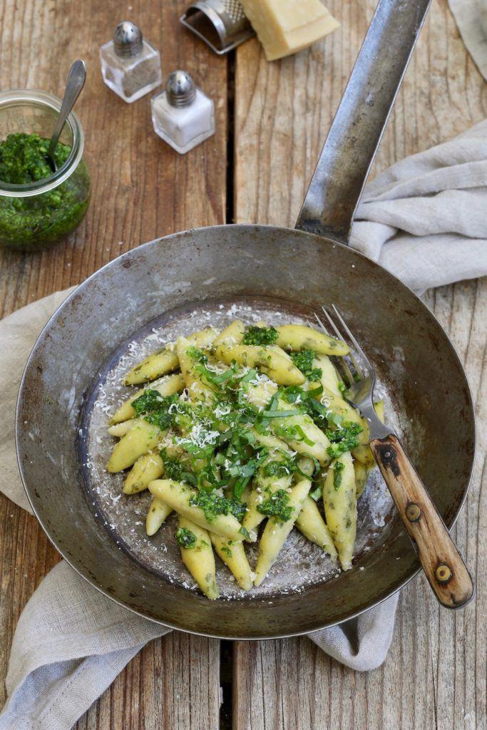 Bärlauch Schupfnudeln aus Erdäpfelteig gemacht mit Bärlauchpesto und Parmesan serviert nach einem Rezept von Sweets & Lifestyle®
