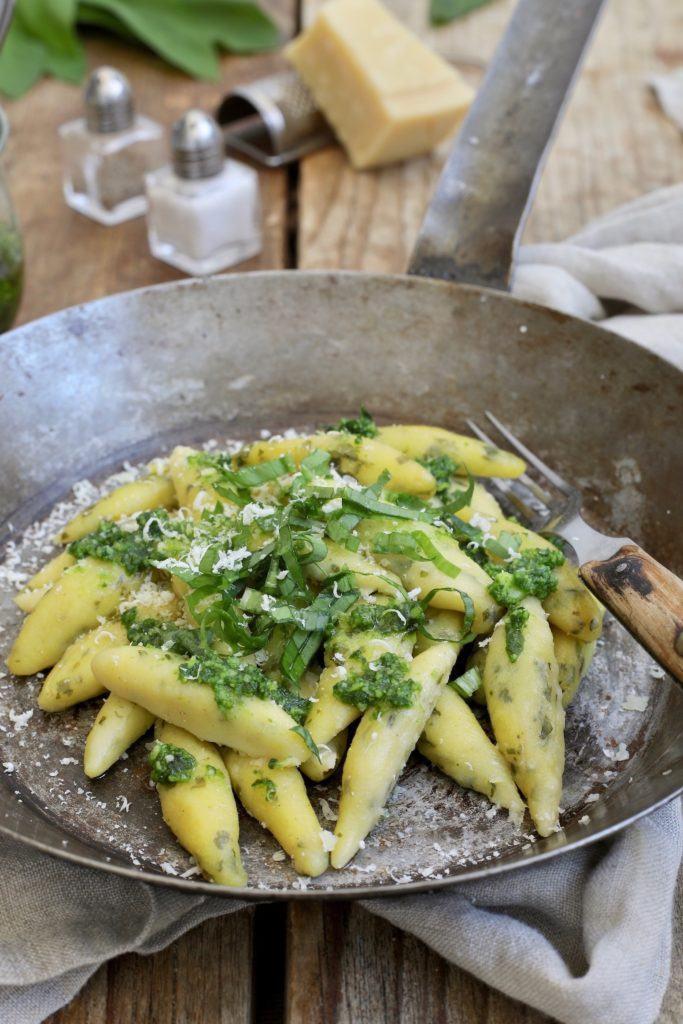 Selbst gemachte Bärlauch Schupfnudeln serviert mit Bärlauchpesto nach einem Rezept von Sweets & Lifestyle®