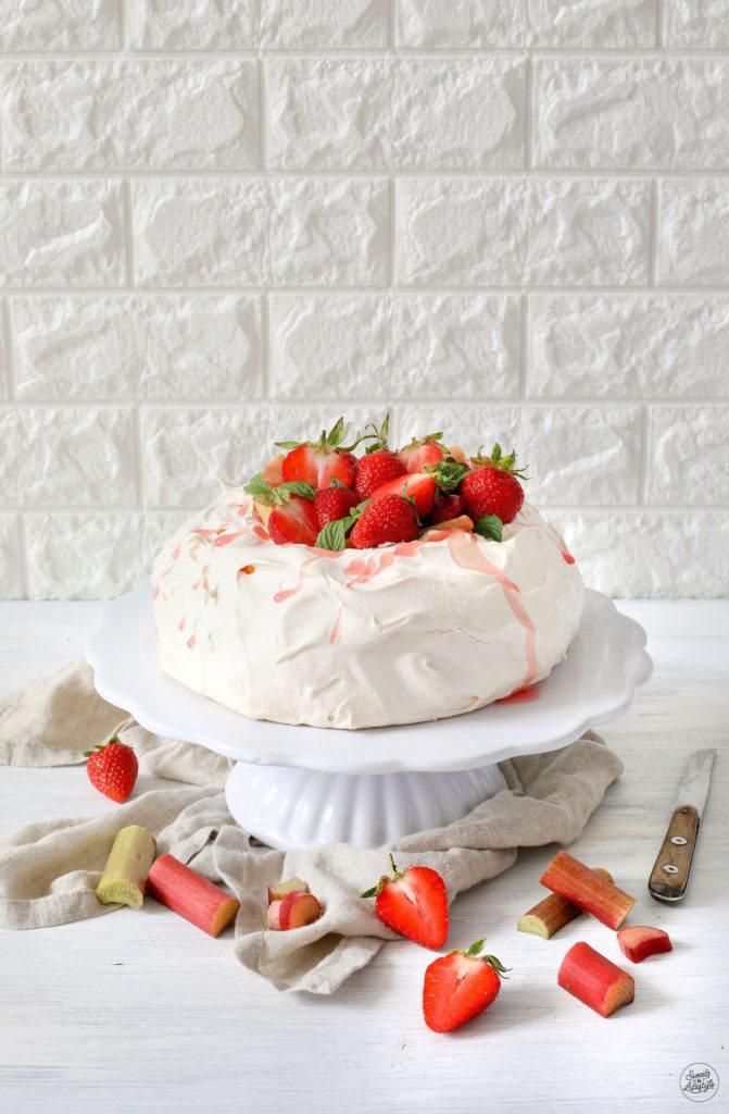 Baisertorte mit Rhabarber-Erdbeer-Kompott nach einem Rezept von Sweets & Lifestyle®