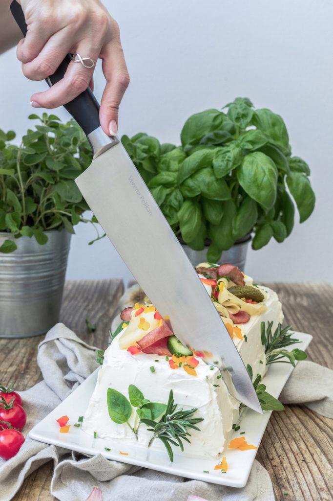 Pikante Brottorte aufschneiden mit dem Tyrolit Iceline Kochmesser wie Verena von Sweets & Lifestyle®