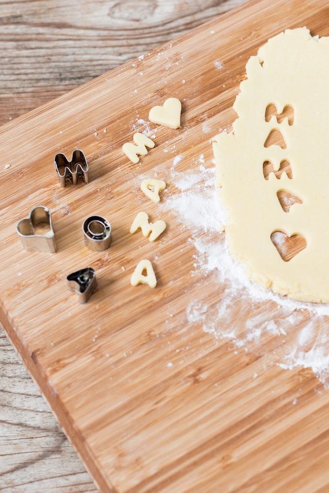 Buchstaben aus Mürbteig als Verzierung für die Muttertagscupcakes von Sweets & Lifestyle®