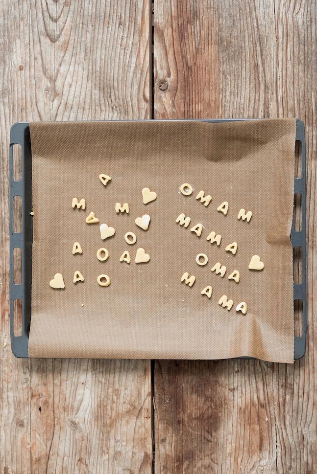 Buchstaben und Herzen aus Mürbteig für die Erdbeercupcakes von Sweets & Lifestyle®