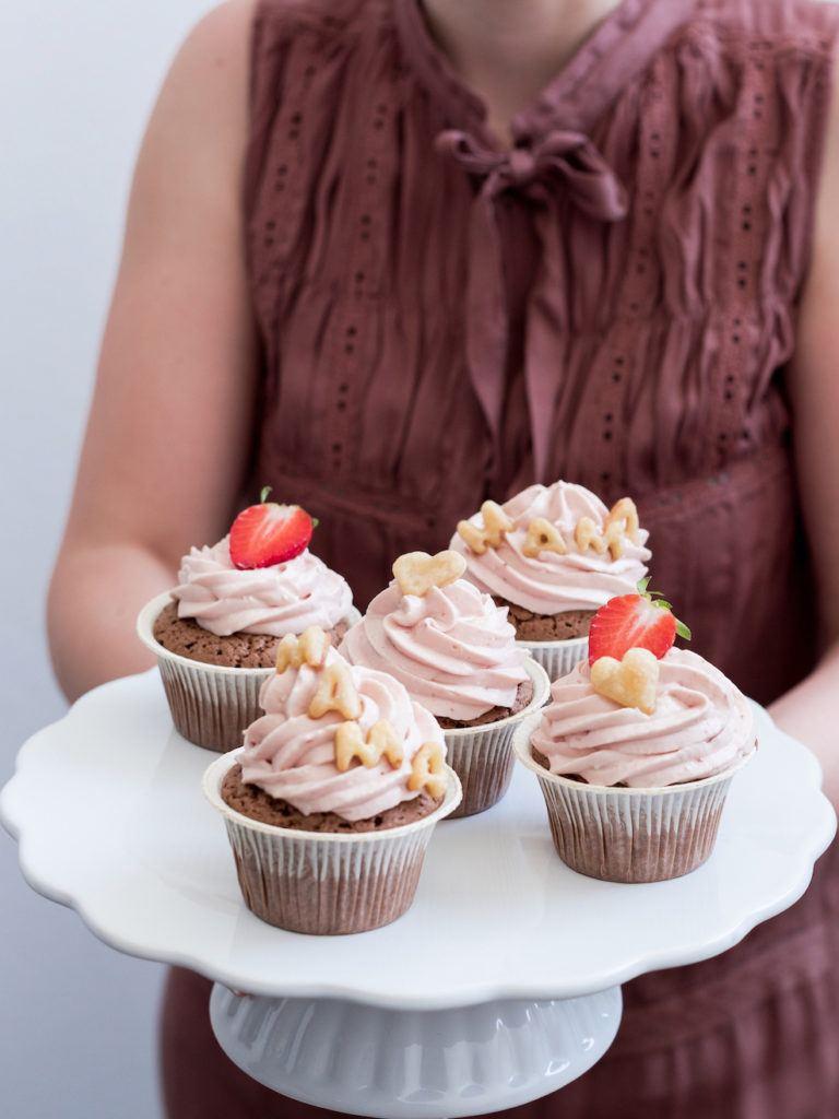 Leckere Erdbeercupcakes mit Verzierung als Muttertagscupcakes nach einem Rezept von Sweets & Lifestyle®