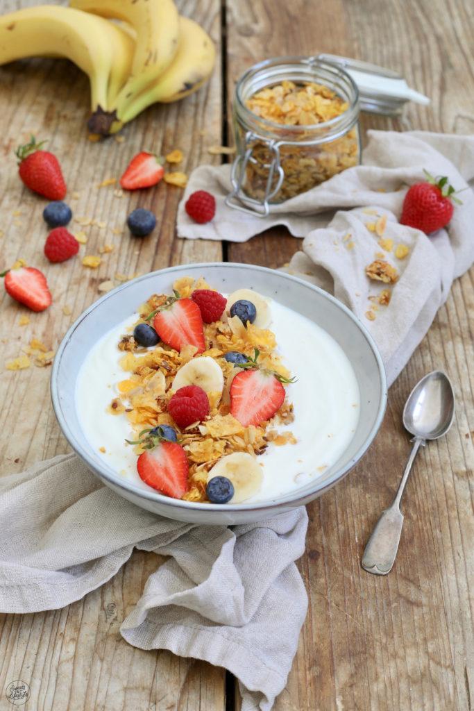 Joghurt mit selbst gemachtem zuckerfreiem Knuspermüsli zum Frühstück serviert von Sweets & Lifestyle®
