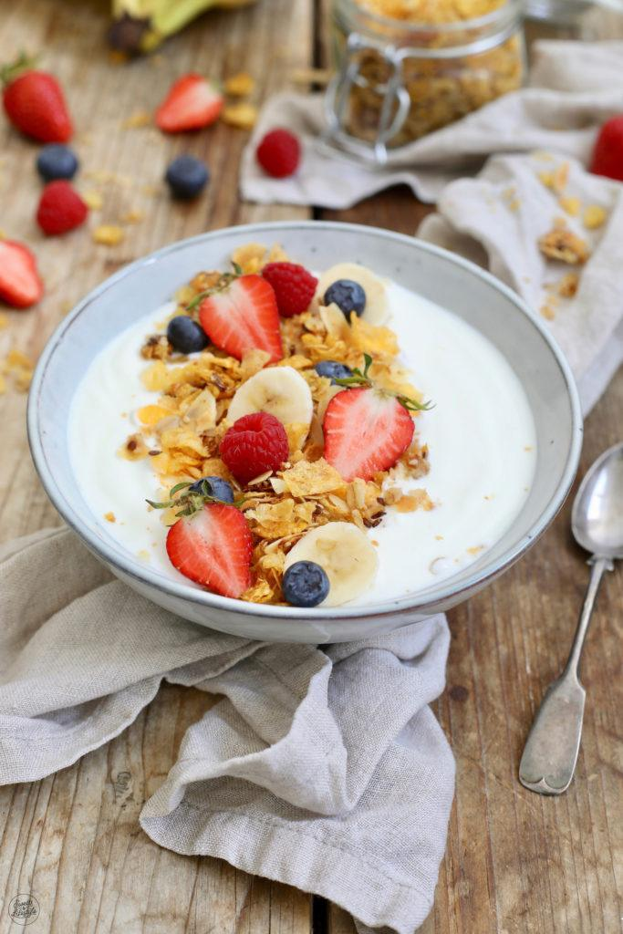 Joghurt mit selbst gemachtem zuckerfreien Granola serviert von Sweets & Lifestyle®