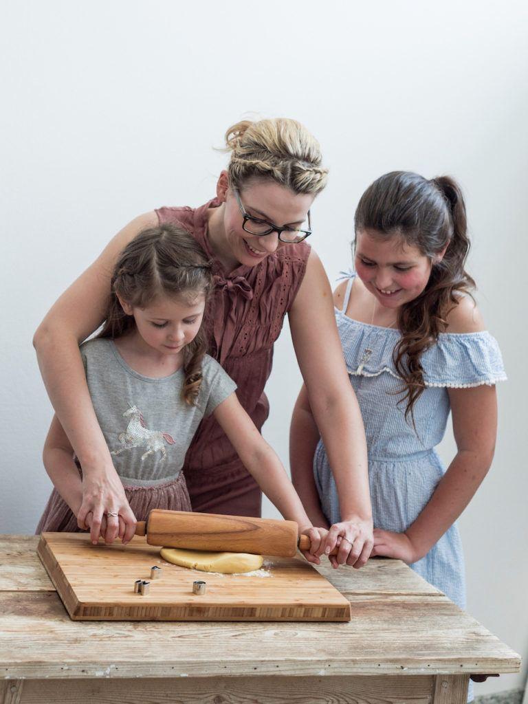 Kind beim Mürbteig ausrollen für die Verzierung der Muttertagscupcakes von Sweets & Lifestyle®