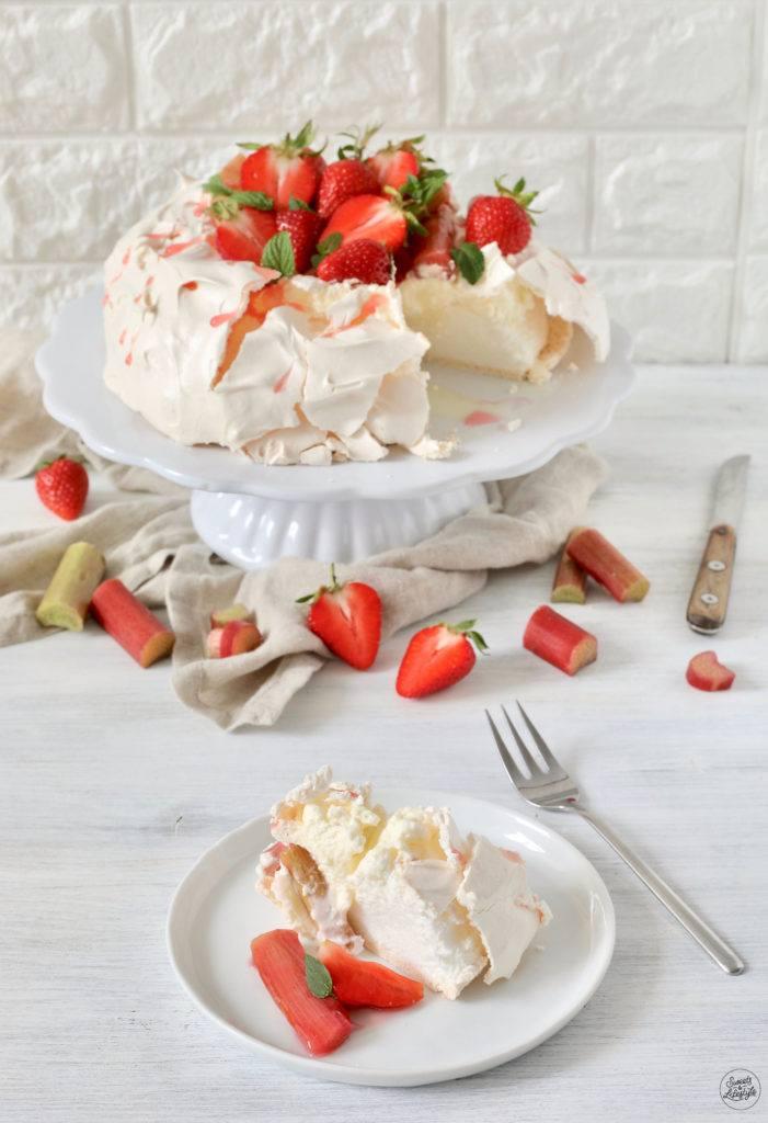 Luftige Pavlova mit Rhabarber-Erdbeer-Kompott als Dessert serviert von Sweets & Lifestyle®