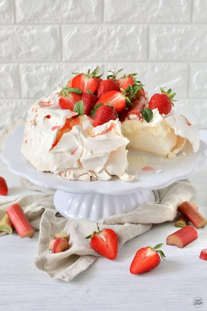 Leckere Pavlova mit Schlagoberscreme und Rhabarber-Erdbeer-Kompott nach einem Rezept von Sweets & Lifestyle®
