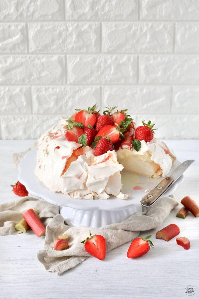 Leckere Pavlova mit Rhabarber-Erdbeer-Kompott nach einem Rezept von Sweets & Lifestyle®
