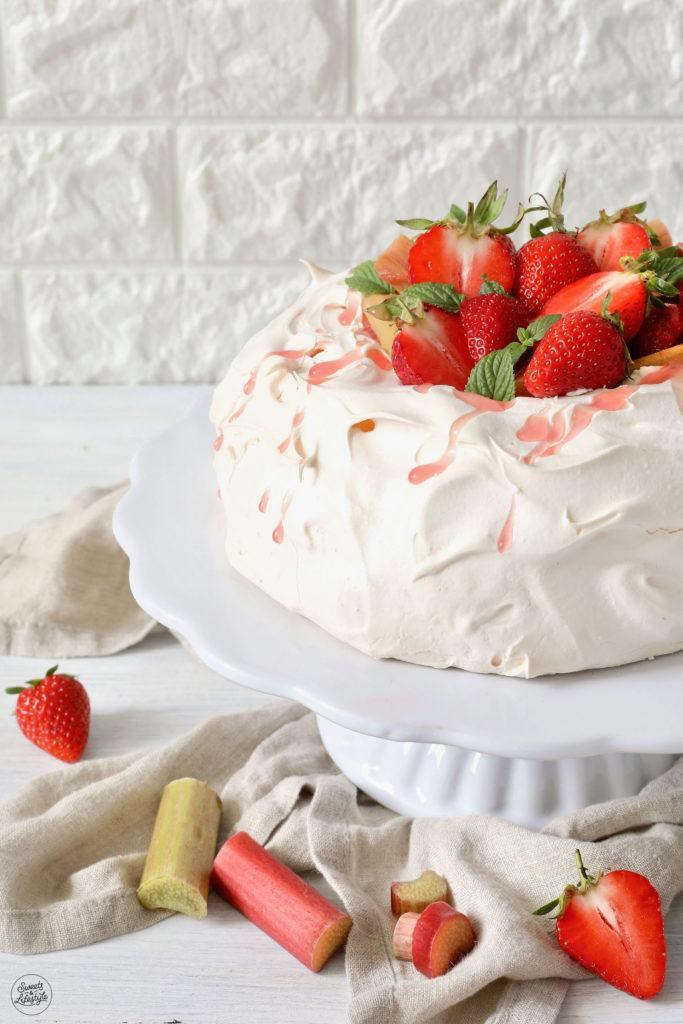 Pavlova mit Schlagobers und Rhabarber-Erdbeer-Kompott gefüllt nach einem Rezept von Sweets & Lifestyle®