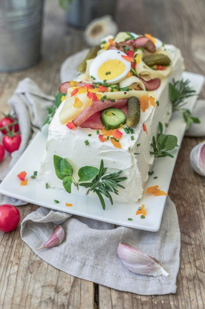 Pikante Brottorte mit Toastbrot und mit verschiedenen Aufstrichen als Füllung nach einem Rezept von Sweets & Lifestyle®