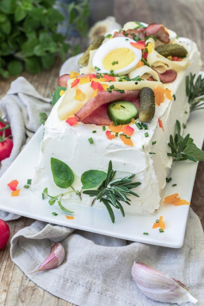 Pikante Brottorte mit verschiedenen Aufstrichen als Füllung für den Brunch nach einem Rezept von Sweets & Lifestyle®