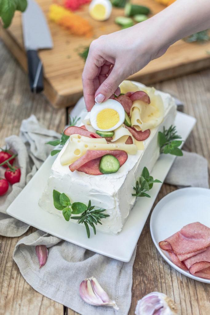 Pikante Brottorte mit gekochten Eiern garnieren wie Verena von Sweets & Lifestyle®
