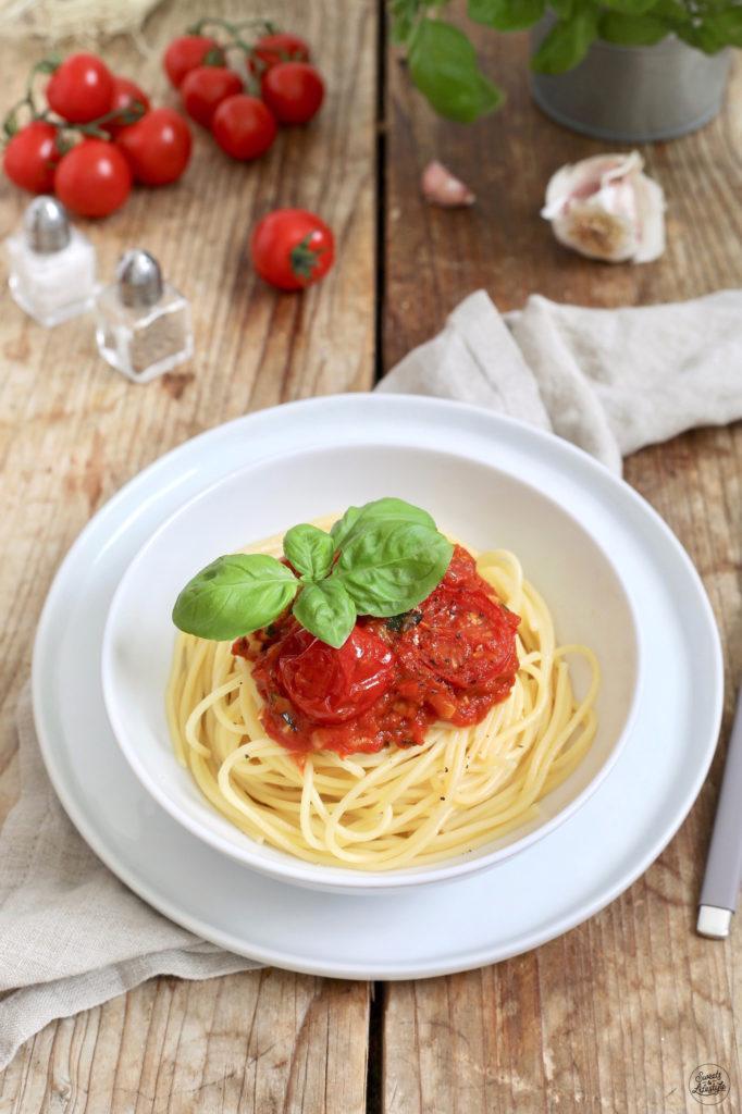 Schnelle Pasta mit Tomatensauce, frischen Tomaten und Basilikum nach einem Rezept von Sweets & Lifestyle®