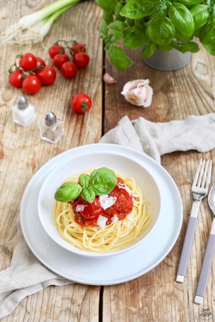 Schnelle Spaghetti mit Tomaten und Basilikum als Feierabendessen nach einem Rezept von Sweets & Lifestyle®