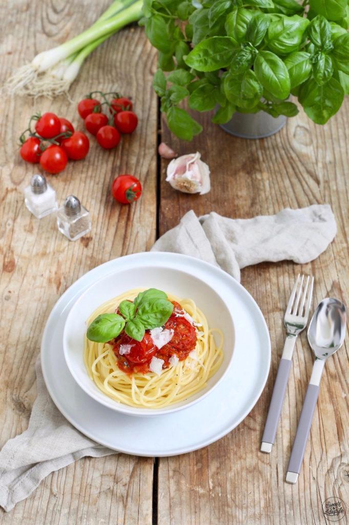 Schnelle Spaghetti mit Tomatensauce Tomaten und Basilikum nach einem Rezept von Sweets & Lifestyle®
