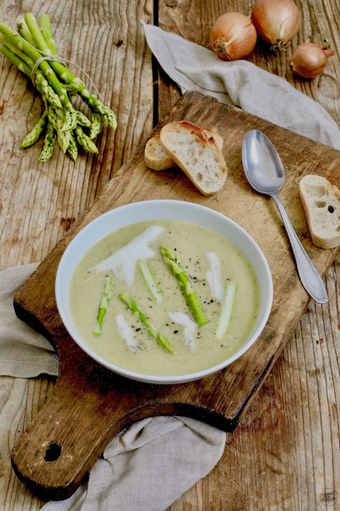 Einfache Spargelcremesuppe mit grünem Spargel nach einem Rezept von Sweets & Lifestyle®