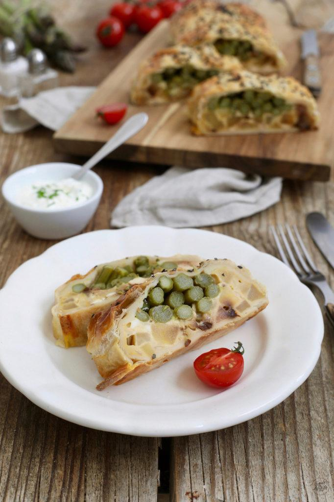Vegetarische Spargelstrudel mit Blätterteig gefüllt mit Feta und getrockneten Tomaten nach einem Rezept von Sweets & Lifestyle®