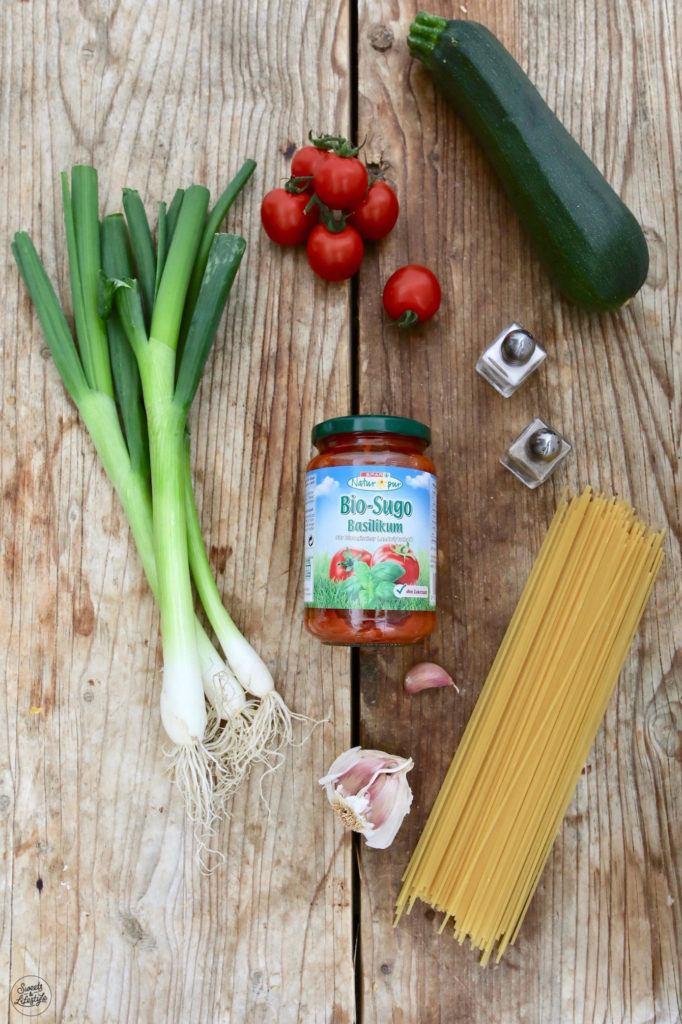 Zutaten für eine schnelle Pasta mit Tomatensauce, Tomaten und Basilikum nach einem Rezept von Sweets & Lifestyle®
